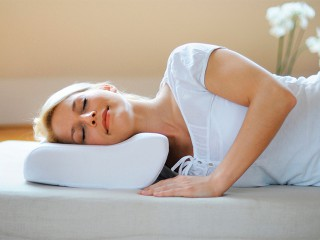 Как выбрать ортопедическую подушку для сна при остеохондрозе шеи
